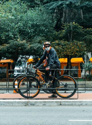 Ciclista com máscara de proteção. (Unsplash/Reprodução)