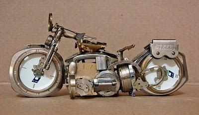 motor óra szobor