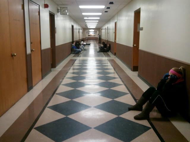 Студенты на полу универа