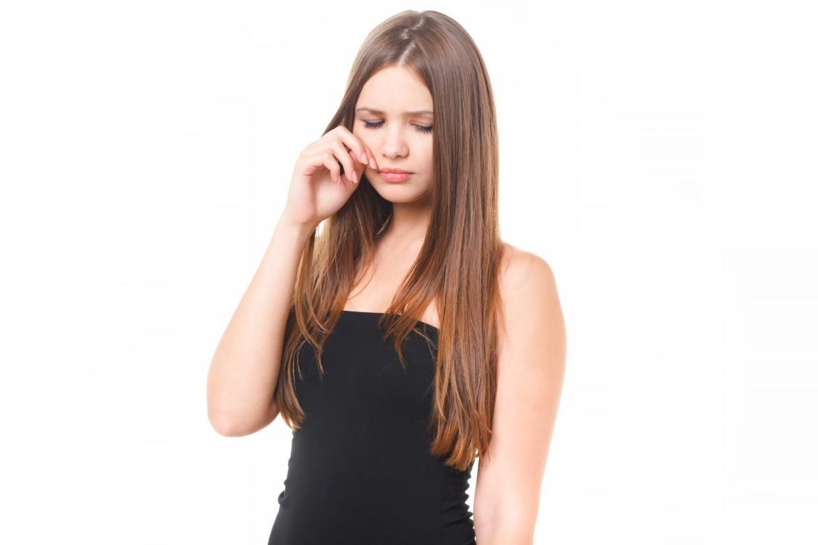 髪の長い女性  自動的に生成された説明