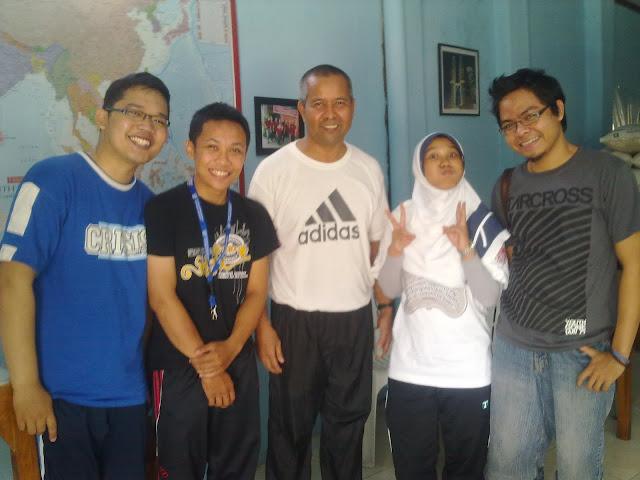 Berfoto bersama mantan mahasiswa bimbingannya di UMY