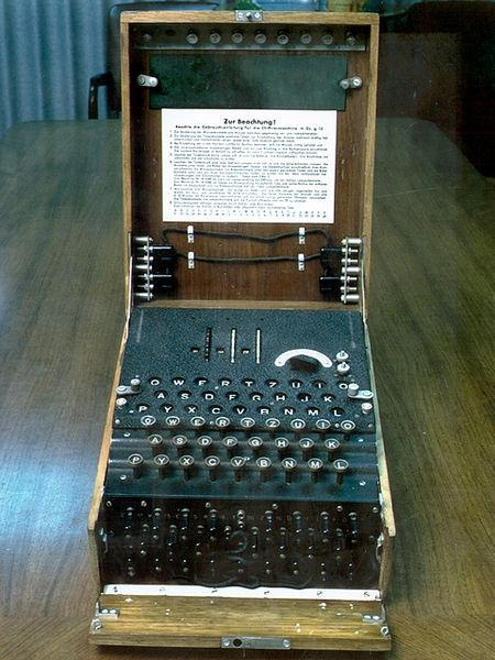 https://upload.wikimedia.org/wikipedia/commons/a/ae/Enigma.jpg