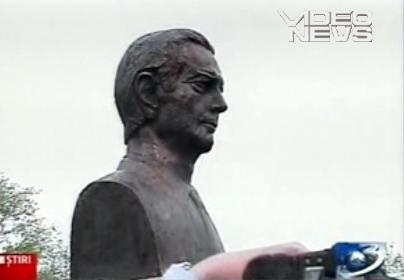 Regele Mihai I a participat luni, alaturi de Principesa Margareta, la dezvelirea unui bust de bronz ce-l reprezinta, in parcul central din Calarasi. Bustul a fost amplasat pe Aleea Regilor din parc. Intr-o alta ceremonie, Majestatea Sa a primit titlul si medalia de Cetatean de Onoare al Muncipiului Calarasi. In perioada 9 – 13 mai au loc mai multe actiuni publice, organizate cu girul Casei Regale.