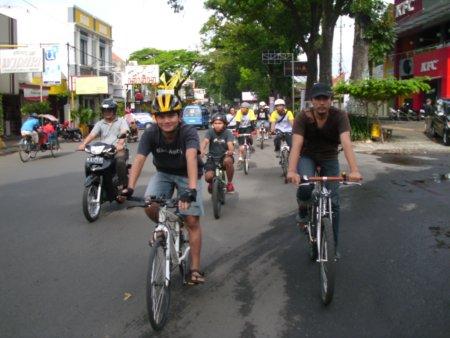 Aku, sepedaku, dan teman-temanku
