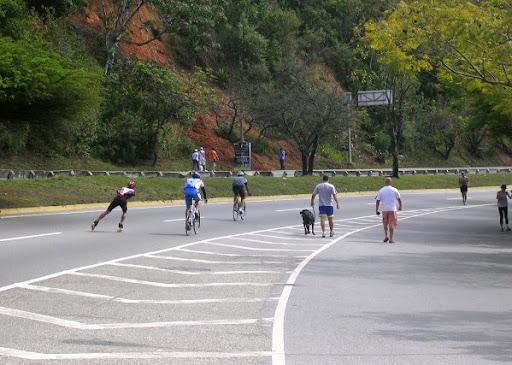Ciclistas y peatones un domingo en la Cota mil (Altamira, Caracas, Venezuela)