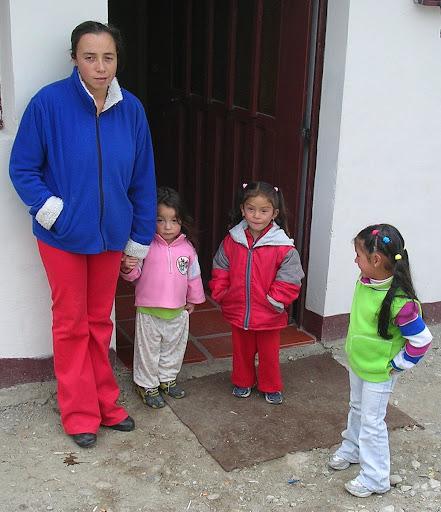 Mujer y sus niñas frente a su casa Apartaderos estado Mérida Venezuela