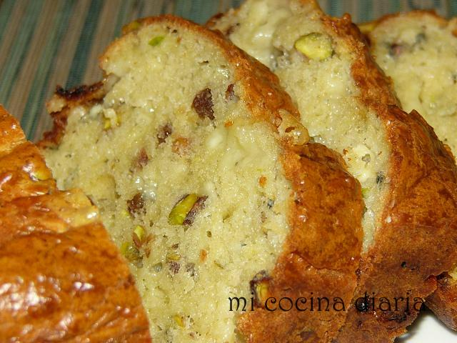 Cake de queso Roquefort, uvas pasas y pistachos (Кекс с сыром Рокфор, изюмом и фисташками)