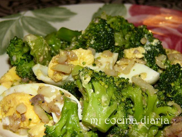 Ensalada de brócoli y huevos con salsa de anchoas (Салат из брокколи и яиц с соусом из анчоусов)