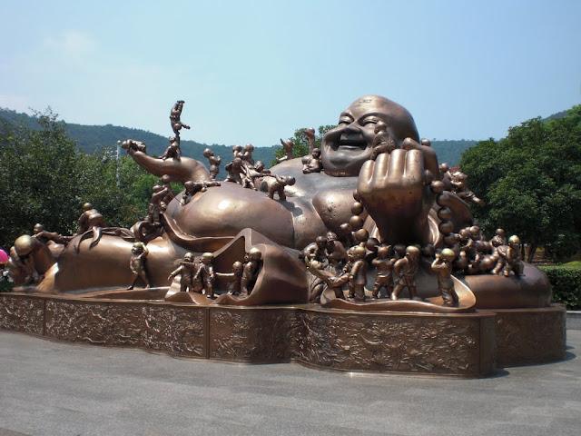 Buda rodeado de niños