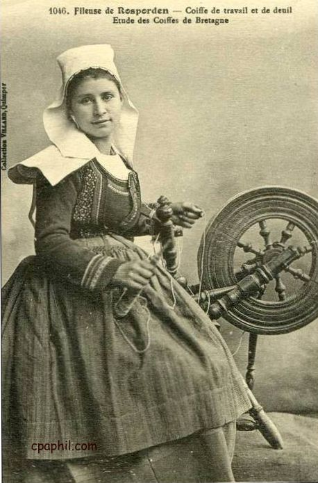 Vintage Postcard Spinner - La Fileuse