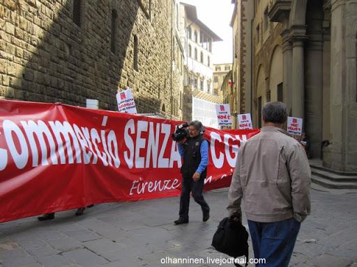 Итальянская демонстрация во Флоренции рядом с галереей Уффици 31.03.11 и видеооператор на фоне красного транспаранта