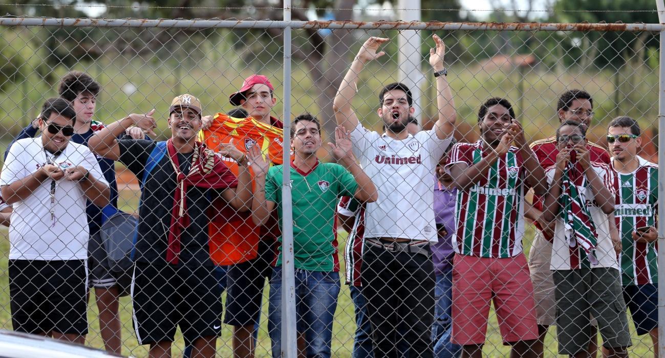 C:\Users\Carla\Desktop\Blog MULHERES EM CAMPO\Brasileiro 2018\Fla x Flu Mané Garrincha\Torcida compareceu ao treino Foto de Lucas Merçon.jpg