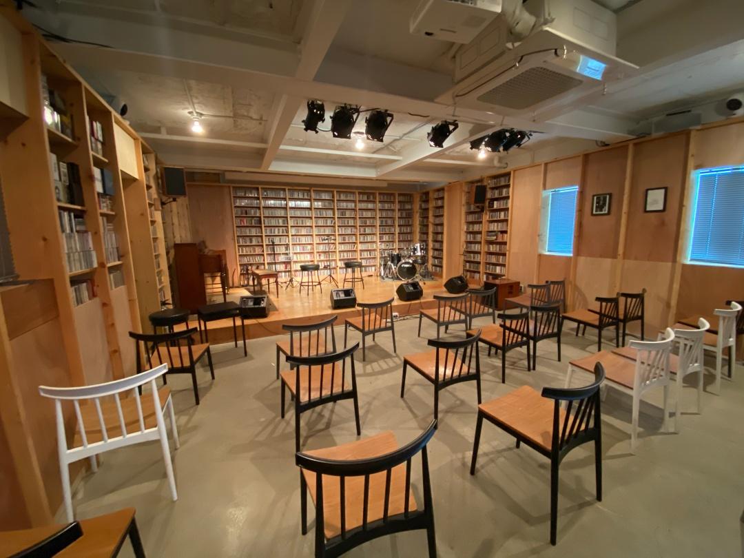 사진1. 망원벨로주의 평상시 모습. 1차 답사의 사진이다. 무대 위에 피아노와 드럼, 스툴이 놓여있고 객석에는 의자들이 줄지어있다.