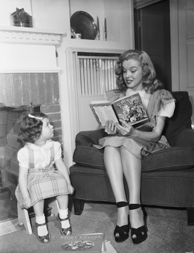 Мэрилин Монро с книгой читает