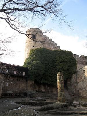 zamek Chojnik - dziedziniec i pręgierz