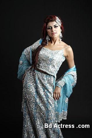 Pakistani Model Ayesha Gilani standing