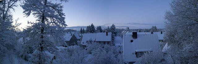 Morgendlicher Blick aus dem Fenster am 10.12.2010 in das verschneite Eibach