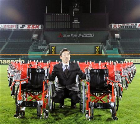 阪神・赤星、甲子園のセンターで最後に寄付する車椅子と一緒に