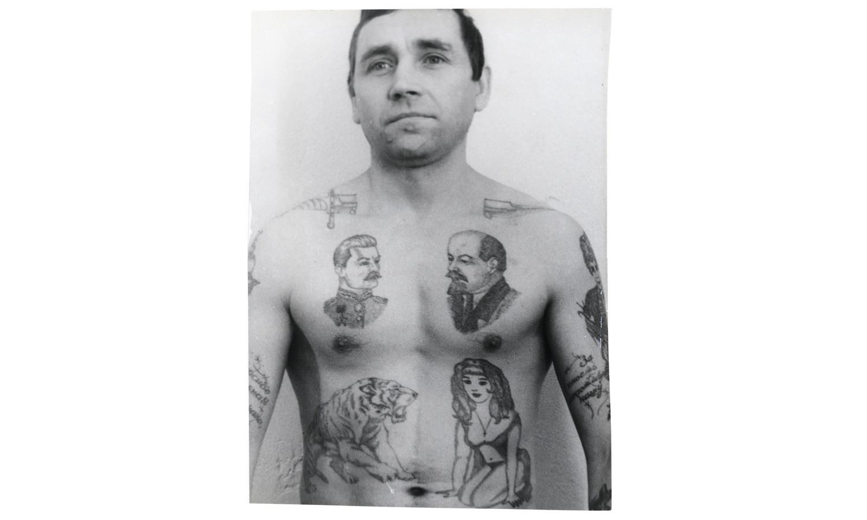 Кинжал, пропущенный через шею, указывает, что преступник убил кого-то в тюрьме, и готов принимать заказы снова. Капли крови могут означать количество совершённых убийств.