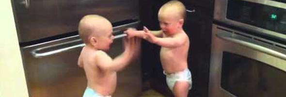 Bebês Gêmeos Trocando Uma Ideia No TA TA TA TA TA TA
