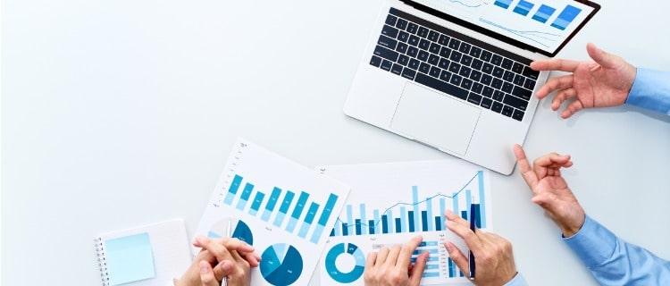 政策金融公庫運転資金パソコンと複数人の男性