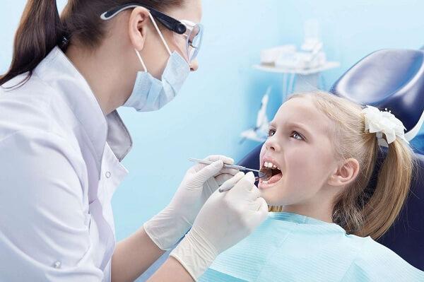 Nên làm sạch vôi răng cho bé an toàn bằng bàn chải đánh răng