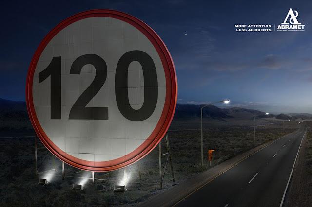 Гигантские дорожные знаки как средство против аварий