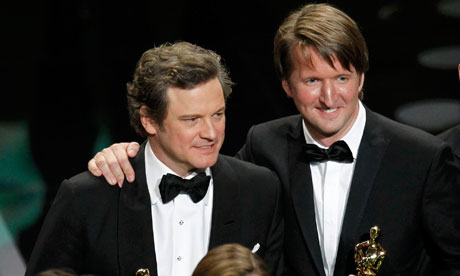 Colin Firth (ซ้าย) นักแสดงนำชายยอดเยี่ยม และ Tom Hooper (ขวา) ผู้กำกับยอดเยี่ยม จากเรื่อง The King's Speech ทั้งคู่