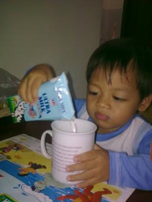 minum susu kotak pakai cangkir mama