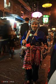 penjual gelang dengan kostum tradisional