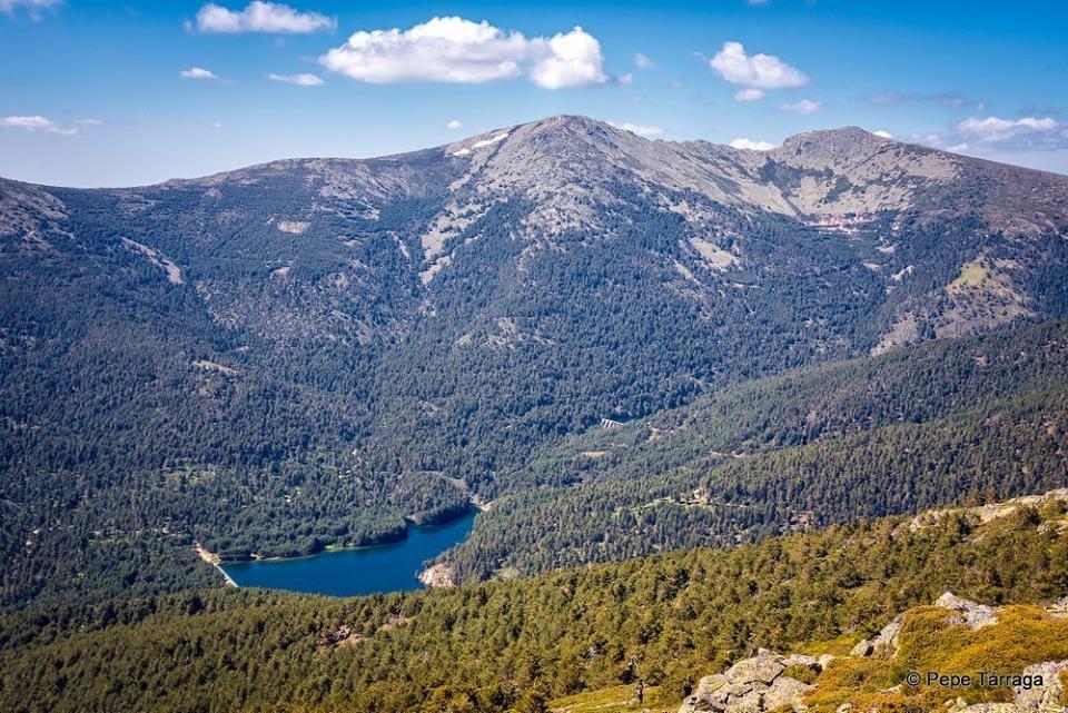 La imagen puede contener: montaña, cielo, nubes, exterior, naturaleza y agua