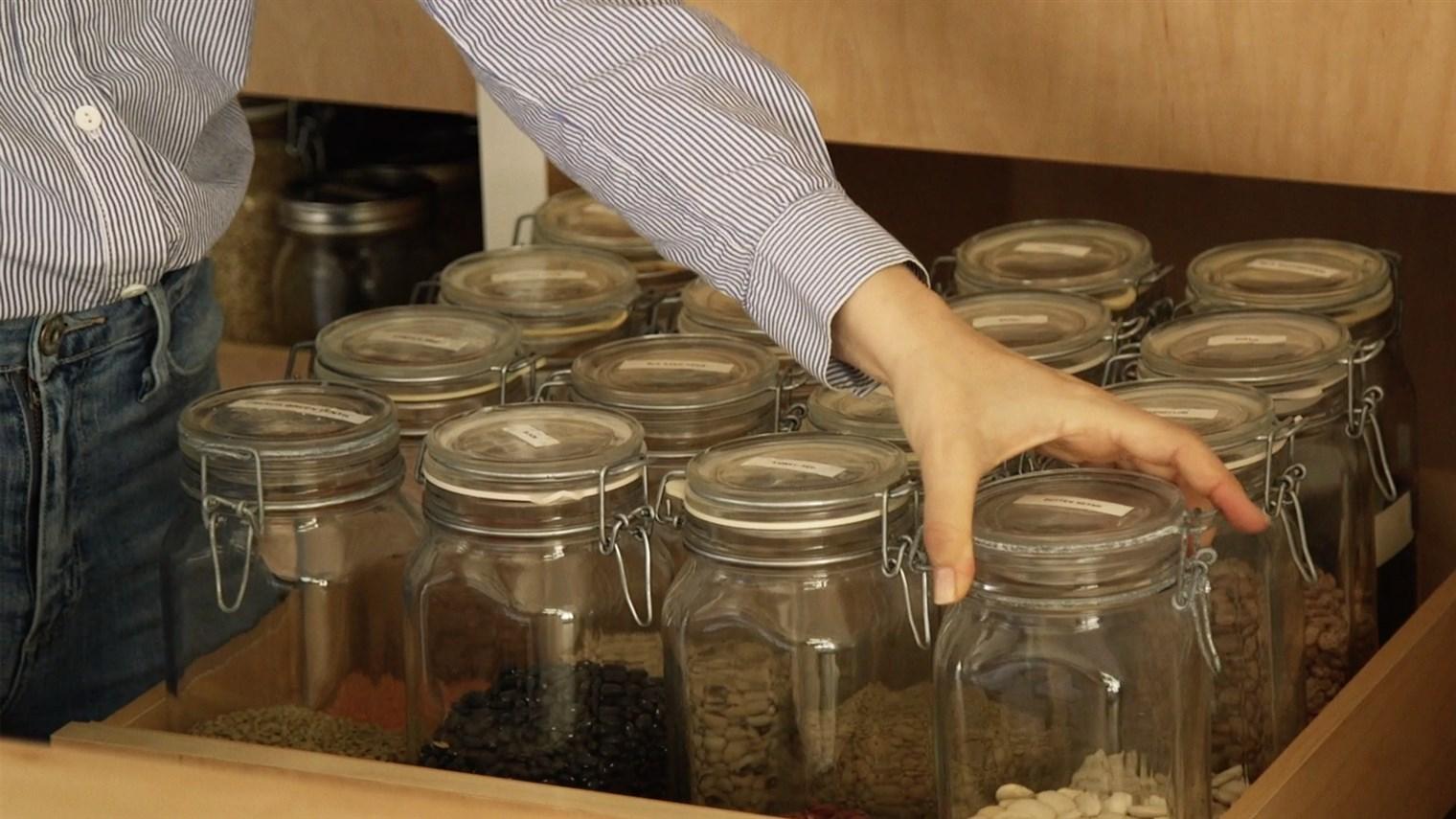Wadah kaca adalah alternatif yang lebih sehat untuk menyimpan biji-bijian kering dibandingkan dengan wadah plastik dengan BPA - source: today.com