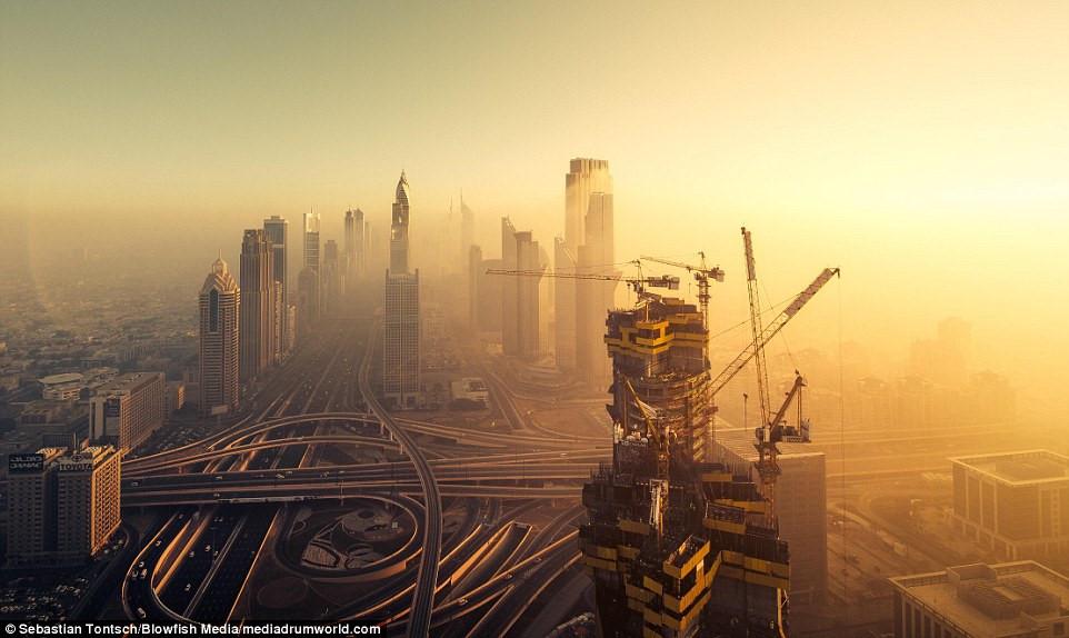 Nhung toa nha choc troi o Dubai huyen ao trong suong hinh anh 3