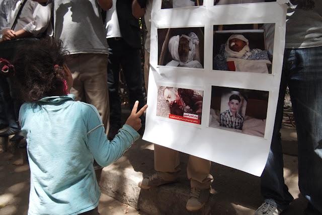 فتاه صغيرة ترفع علامة النصر بعد رؤيتها لصور قتلى وجرحى في سوريا