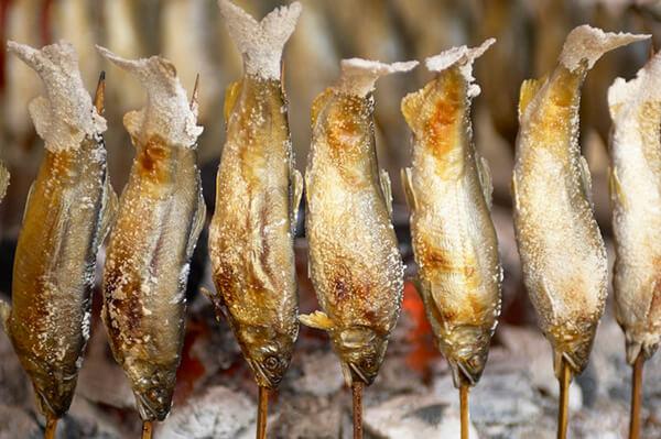 香魚最適合也最廣泛的食用方式就是『烤』。烤香魚說難不難、但也不是放著就沒事了。溫潤穩定的火侯、細膩的翻烤,才能完美詮釋香魚的本質。