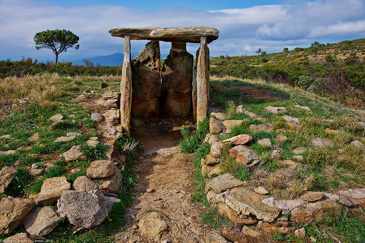 The location is Vinyes-Mortes, a neolithic burial ground in NE Spain, in Catalonia from the 35 century BC. It's at 42.329762 N, 3.133675 E if you have google earth.