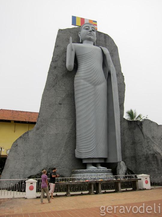 Буда који стоји