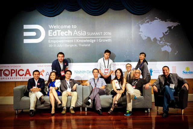 Ông Mike Michalec (thứ tư từ phải sang) và ông Phạm Minh Tuấn (ngoài cùng bên trái) tại Hội nghị công nghệ giáo dục châu Á (EdTech Asia Summit) năm 2016.