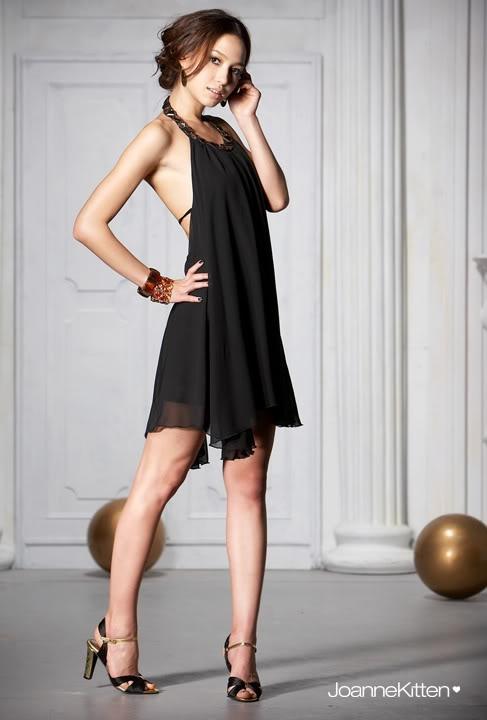 Платье черное с украшением.