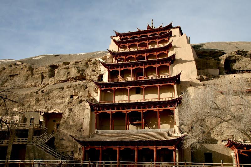 Китай, древний  монастырь в скале