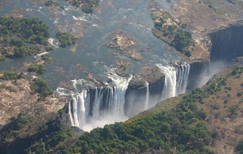 Водопад Виктория. В сезон, когда, падающие вниз потоки воды пересыхают