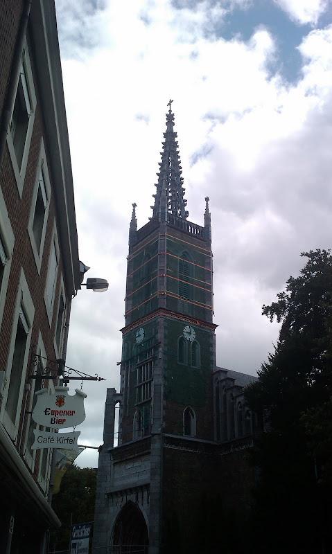 Kirchturm mit Spanngurten gesichert