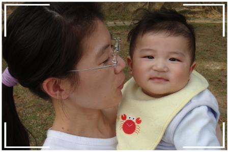 六個月大的寶貝耕輔會看鏡頭微笑耶~