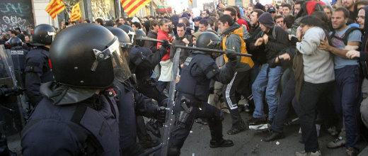Mossos carregant contra la marxa de Barcelona. Fotografia original de David Datzira