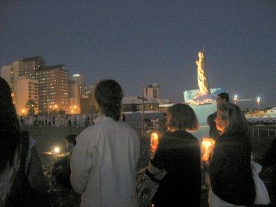 rosario gigante iluminado en la arena de necochea