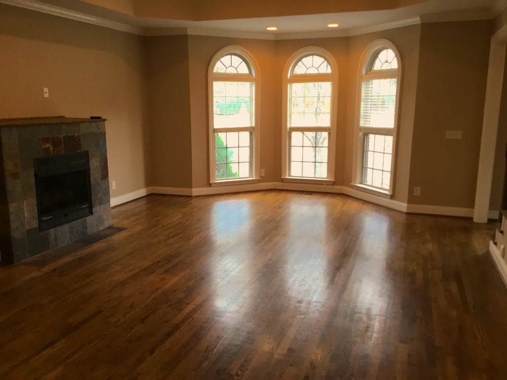 Bare living room needs to be staged