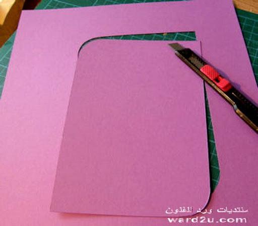 برواز من الكرتون والورق الملفوف