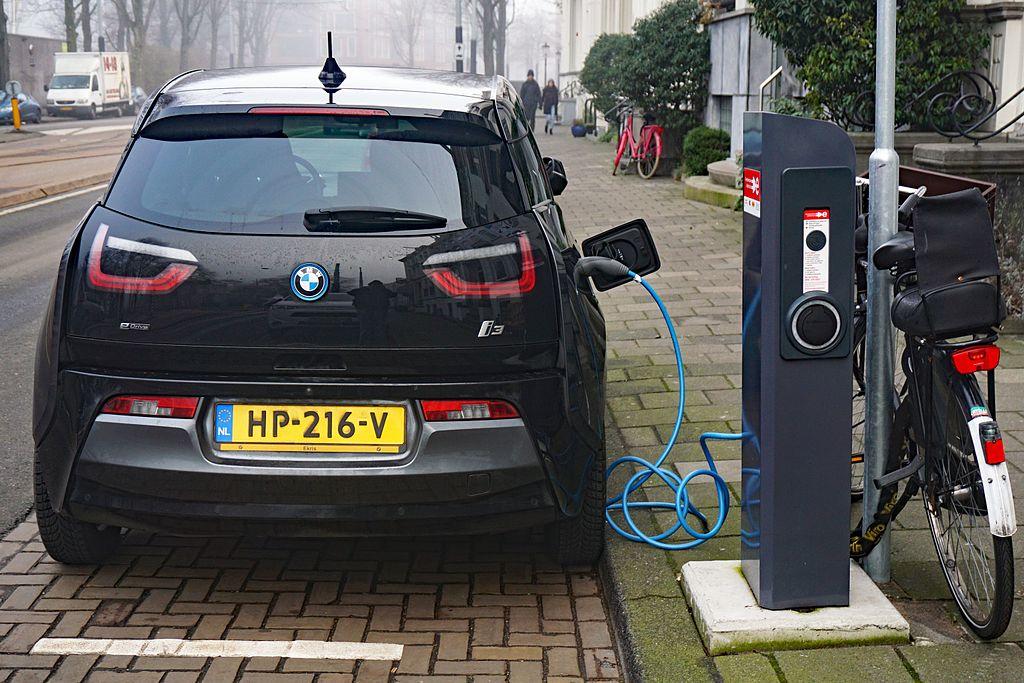 Os carros elétricos necessitam de lítio para suas baterias, o que levanta uma série de questionamentos (Imagem: Wikimedia Commons)