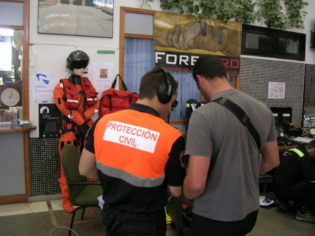 Uno de nuestros voluntarios probando algunos materiales de rescate.