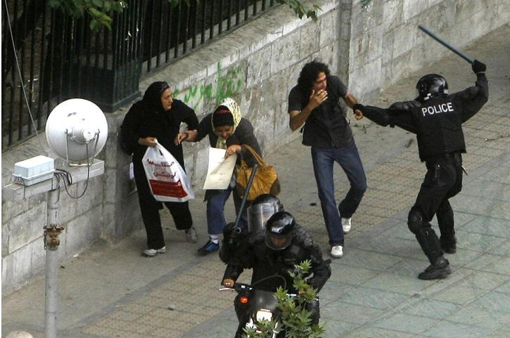 دانشجویان حامی فرجی دانا در مقابل مجلس * ابراز نگرانی ایران از خشونت پلیس  آمریکا